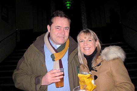 2020年1月17日,投資理財公司創辦人Nicholas Hooper偕太太Lottie Hooper在英國倫敦Eventim Apollo劇院觀看神韻演出。(肖憫/大紀元)
