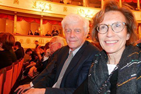 2020年1月17日晚,跨國集團總裁、意大利工業家聯合會分會前總裁Paolo Mazzalai(右二)觀看了神韻巡迴藝術團在意大利摩德納巴伐洛堤大劇院的首場演出。(徐景/大紀元)
