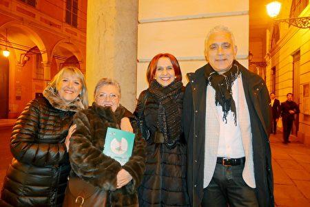 2020年1月17日晚,塑料工業方面的公司老闆Giuseppe Carlotta(右一)觀看了神韻巡迴藝術團在意大利摩德納巴伐洛堤大劇院的首場演出。(徐景/大紀元)