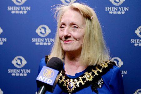 倫敦哈默史密斯和富勒姆地區市長Daryl Brown於2020年1月17日在倫敦Eventim Apollo劇院觀看了神韻演出。(新唐人電視台)