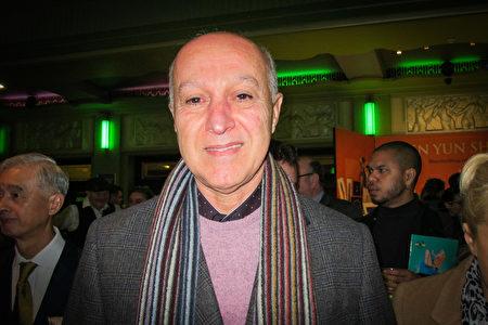 2020年1月17日晚,電信顧問Casey Kifah先生慕名欣賞了神韻國際藝術團在倫敦Eventim Apollo劇場開啟首場演出。(麥蕾/大紀元)