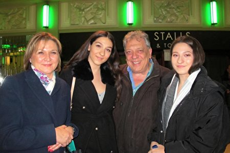 2020年1月18日晚,Ilona Ioannou女士和丈夫Andrew Ioannou帶著雙胞胎女兒一起觀看神韻演出。(麥蕾/大紀元)