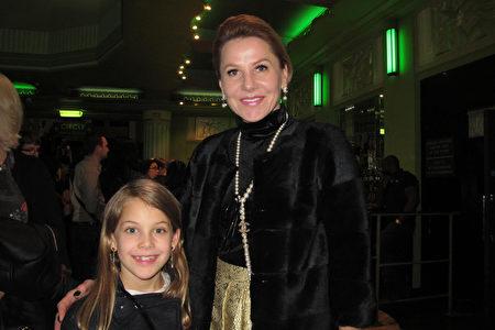 2020年1月19日,Svetlana Boz女士和女兒Jessica Collins一同來觀看了神韻在倫敦的演出。(麥蕾/大紀元)