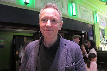 2020年1月19日下午,Peter Phillips先生慕名欣賞了神韻國際藝術團在倫敦Eventim Apollo劇場的第四場演出。(麥蕾/大紀元)