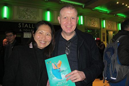 2020年1月19日下午,金融公司Elswood Financial的總裁Jason Elswood先生和妻子Enya Elswood一同來觀看了神韻在倫敦的演出。(麥蕾/大紀元)