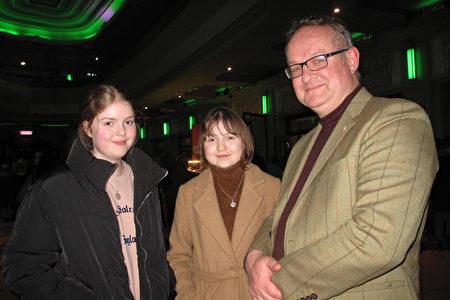 英國薩福克的一家獨立園藝中心業主Robert Mason帶著兩個女兒觀看了2020年1月19日在倫敦Eventim Apollo劇場的神韻演出。(肖憫/大紀元)