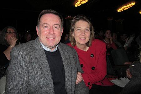 Angling Spirit公司的老闆Ross Honey和太太Marianne Honey帶著兩個女兒,於2020年1月19日在倫敦Eventim Apollo劇院觀看神韻。(麥蕾/大紀元)