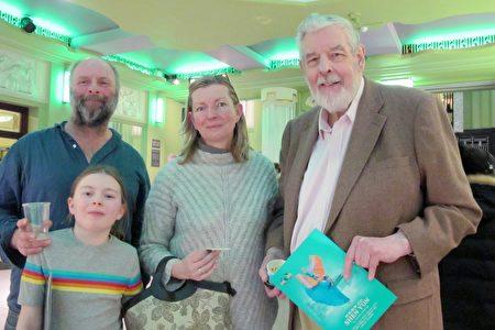 1月21日晚,Kilgarriff先生(右)和女兒Rebecca Kilgarriff一家一同觀看了神韻在倫敦的演出。(麥蕾/大紀元)