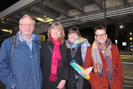 劇院道具師Sophie Clayton(右二)和家人於2020年1月21日在倫敦Eventim Apollo劇院一同觀看神韻。(麥蕾/大紀元)