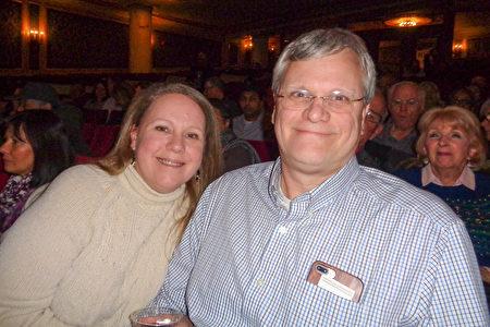 2020年1月21日晚,房地產投資公司老闆Cheryl O\』Neil(左)與一家企業高管Mark Yablonsk(右)首次觀賞神韻。(文燁/大紀元)