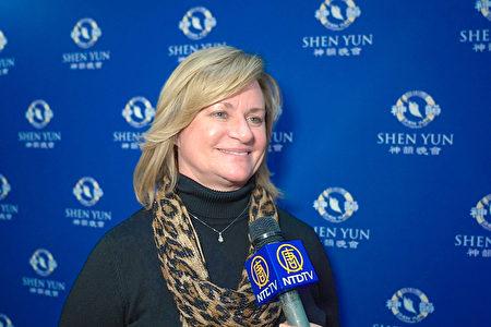 2020年1月21日晚上,在美國奧伯尼/斯克內克塔迪普羅克特斯劇院,醫療保健公司副總裁Kelly Smith讚譽神韻新紀元藝術團的演出非凡壯觀。(新唐人電視台)