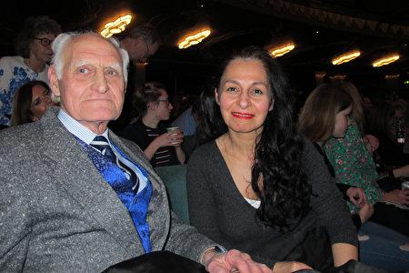 1月23日晚,David Manning先生和女友Martha Ishak一同觀看了神韻在倫敦的演出。(麥蕾/大紀元)