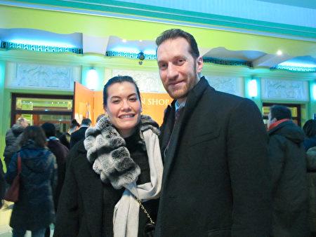 1月23日下午,Mohammed al Bayati先生和女友一同觀看了神韻在倫敦的演出。(麥蕾/大紀元)
