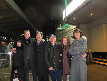 1月23日晚,Sholto Gilbertson先生(左二)和朋友、同事觀看了神韻在倫敦的演出。(麥蕾/大紀元)