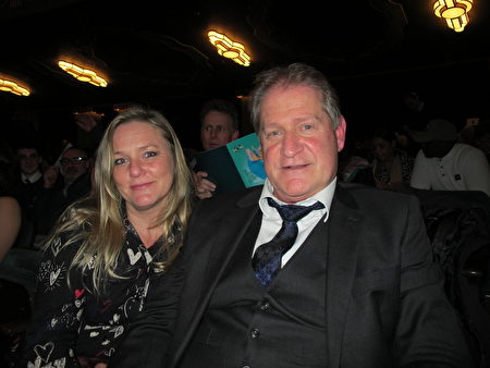 1月23日晚,全球首款超音速汽車Thrust SSC的燃料系統設計師Leigh Remfry先生和技術培訓公司總裁Kathy Lewis女士觀看了神韻在英國倫敦Eventim Apollo劇院的演出。(麥蕾/大紀元)