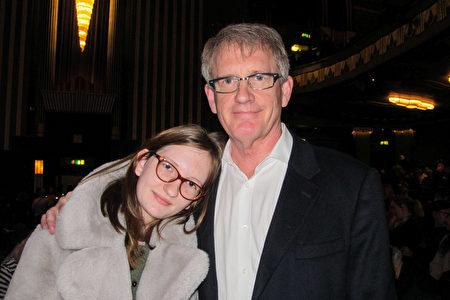 投資理財公司老闆Michael Cosgrove和Maisie Cosgrove於2020年1月26日,在倫敦Eventim Apollo劇院觀看神韻。(麥蕾/大紀元)