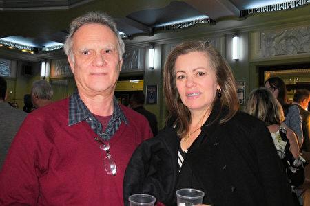 2020年1月26日下午,律師Paul Von Chock和妻子Miran De Olveiran Von Chock一同觀看了神韻在倫敦的演出。(麥蕾/大紀元)