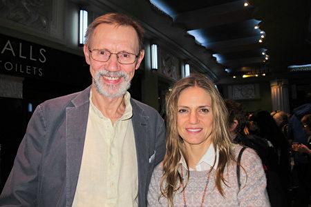 1月26日下午,來自劍橋的獨立藥物開發顧問Peter Buchan先生和妻子Marina Montenegro一同在倫敦觀看了神韻演出。(麥蕾/大紀元)
