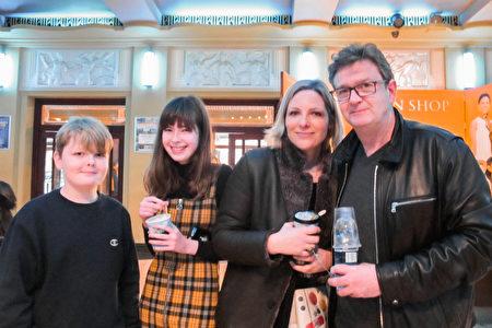 戲劇製作人Richard Temple(右)於2020年1月26日,在倫敦Eventim Apollo劇院觀看神韻。(麥蕾/大紀元)