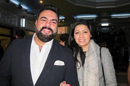 1月26日下午,Amit Karwal與妻子、藥劑師Reena Karwal觀看了神韻在倫敦的演出。(麥蕾/大紀元)