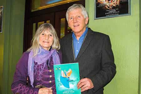 2020年1月26日下午,英國健康醫療公司董事總經理Lewis Montague和女伴在倫敦Eventim Apollo劇院觀賞神韻演出。(麥蕾/大紀元)