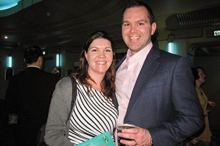 2020年1月26日,跨國公司部門主管Mark Diver與太太Victoria Diver在英國倫敦Eventim Apollo劇院觀看神韻演出。(肖憫/大紀元)