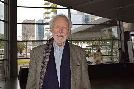 2020年1月26日下午,教授、作家和詩人Gerry(Gerald)Middents觀看了神韻北美藝術團在達拉斯AT&T演藝中心的演出後,表示內心非常震撼。(樂原/大紀元)