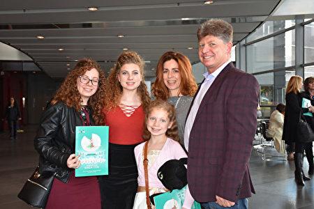 2020年1月26日下午,公司老闆Jacques Van Buuren先生和家人在達拉斯AT&T演藝中心觀看了神韻北美藝術團的演出。(樂原/大紀元)