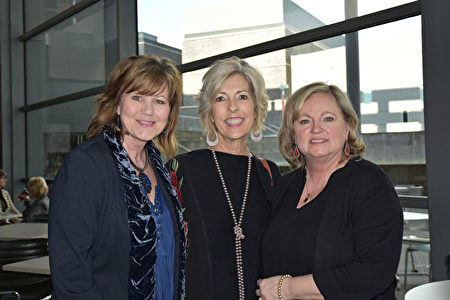 2020年1月26日下午,一家廣告公司的老闆Stacey Day女士和朋友Jean Freeman及Brenda Conine女士(自左至右)一同觀看神韻北美藝術團在達拉斯AT&T演藝中心的精彩演出。(樂原/大紀元)