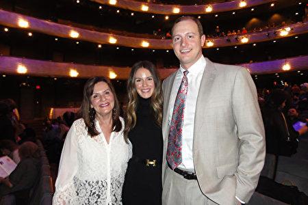 2020年1月26日下午,水療中心老闆Josanne Stevens女士(左)一家三人欣賞了神韻北美藝術團在達拉斯AT&T演藝中心的第三場演出。(蘇菲/大紀元)