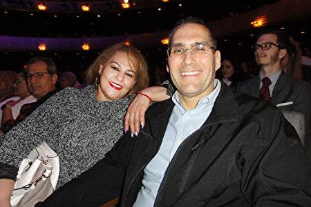 2020年1月26日,大學教授Juan Espinoza和家人一同欣賞了神韻北美藝術團在達拉斯AT&T演藝中心的演出。(蘇菲/大紀元)