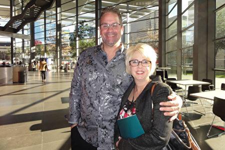1月26日下午,首席建築師Wes Gustin先生和妻子Jessika Gustin一起觀看神韻演出。(蘇菲/大紀元)