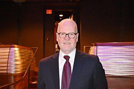 2020年1月26日晚,醫生Stephen Gist在美國達拉斯AT&T演藝中心觀賞神韻演出,他盛讚演出富有能量。(樂原/大紀元)