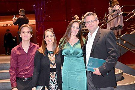 2020年1月26日晚,經理Kim Beauchamp(右二)、金融顧問Natalie Zacharczyk(左二)在美國達拉斯AT&T演藝中心觀賞神韻演出,他們盛讚演出精湛非凡。(樂原/大紀元)