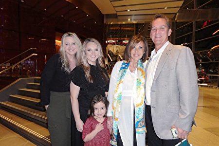 1月26日晚,牙醫診所老闆Kirk Hampton(右)與妻子Sandy Freyer(右二)、孩子及家人觀看完神韻演出後稱讚:「這是一場非常棒的演出。」(蘇菲/大紀元)