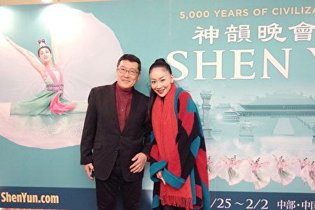 歌手有末Kei和朋友一同觀看了1月27日的神韻在東京文京市民音樂廳(TOKYO Bunkyo Civic Hall)的演出,表示神韻的美聲唱法「氣勢磅礡」。(盧勇/大紀元)