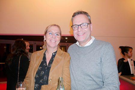 2020年1月28日,律師事務所的總監Chantal Van Oijen(左)和先生Johan Knbers觀看了神韻巡迴藝術團在荷蘭佈雷達沙塞劇院的演出。(徐景/大紀元)