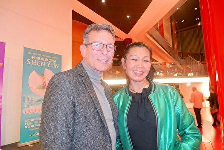 2020年1月28日,化妝品公司總監Bas Teuling和太太Apors Teuling在荷蘭城市佈雷達的沙塞劇院觀看美國神韻巡迴藝術團的演出。(徐景/大紀元)