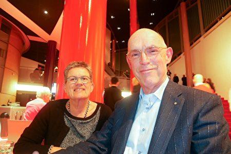 2020年1月28日,會計公司老闆Jan de jonge(右)觀看了神韻巡迴藝術團在荷蘭佈雷達沙塞劇院的演出。(徐景/大紀元)