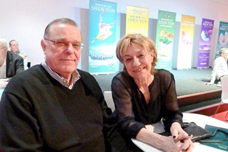 生物聚合材料公司老闆Aaik Rodenburg和太太Philomena Rodenburg,在2020年1月28日來到佈雷達的沙塞劇院,觀看神韻今年在荷蘭的首場演出。(國康/大紀元)