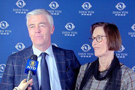 1月28日,跨國公司總監Willem Sloot先生和太太、語言治療師Mirjam Sloot,專程從比利時的布魯塞爾來到荷蘭佈雷達的沙塞劇院觀看神韻巡迴藝術團演出。(新唐人電視台)