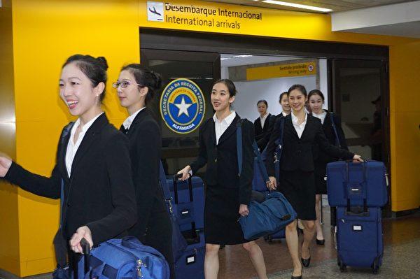 神韻國際藝術團成員於29日上午抵達巴西聖保羅國際機場。(李明曉/大紀元)