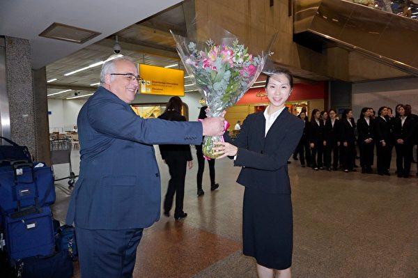 神韻巴西主辦方負責人Joao Marchesini Jr.在機場歡迎神韻的到來。(李明曉/大紀元)