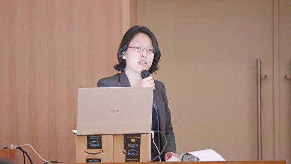 圖為南韓水原地方法院法官金松於2019年11月30日在日本東京大學聯合主辦的針對器官販運及移植旅遊的亞洲研討會,介紹了南韓器官移植法、有關器官販運罪的案件,以及最近提交給南韓國會的防制移植旅遊的修正案。(新唐人提供)