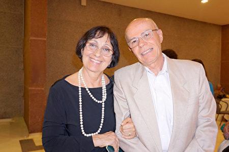 2020年1月30日晚上,在巴西聖保羅Unimed Hall,工程學院教授Claudio Pacheco與太太Regina Pacheco盛讚神韻國際藝術團的演出精美超凡。(李明曉/大紀元