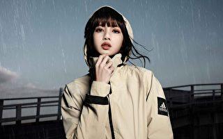 下雨也有型 BLACKPINK成员Lisa演绎雨衣时尚