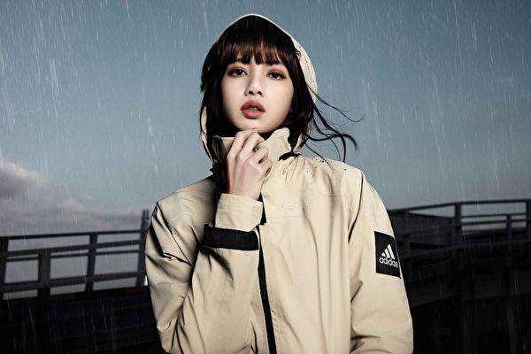 下雨也有型 BLACKPINK成員Lisa演繹雨衣時尚