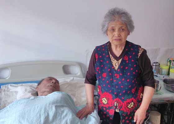 樊桂芹老人與癱瘓在床的老伴文德芳。(明慧網)