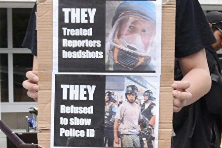 1月19日集會中一位抗議者手舉抗議港警濫暴的展板。(楊裔飛/大紀元)