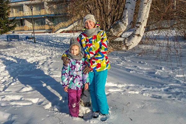 阿爾蘇·胡薩伊諾娃(Alsu Khusainova)帶著女兒一同來參加集體學法煉功。(明慧網)